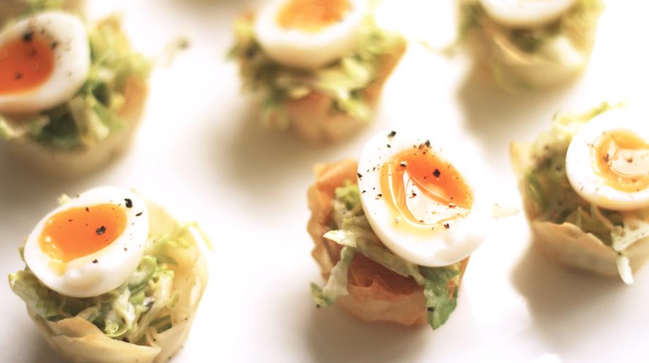 Quails eggs case salad in filo cups